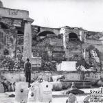 Cimitero Monumentale di Verona bombardato: nell'angolo a destra si riconosce il monumento Monga. (fototeca Biblioteca Civica VR)