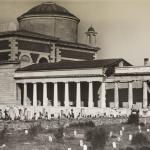 Pantheon Piis Lacrimis (cim. Monumentale VR) durante la ricostruzione del dopoguerra, col gruppo scultoreo in cima ancora presente (fototeca Biblioteca Civica VR)